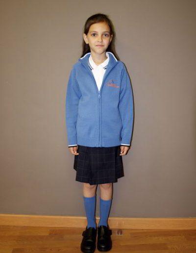 chica-uniforme-sueter