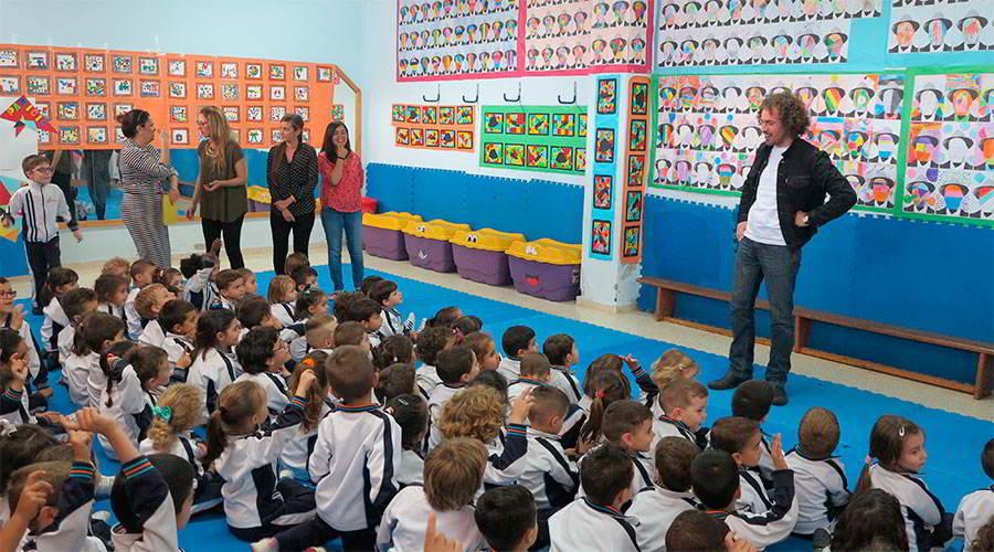 El pintor Pedro Paricio visita el Colegio Virgen del Mar