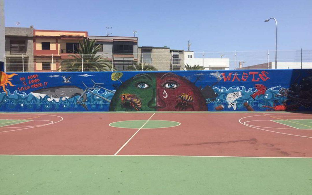 El pintor Freddy Hernández elabora un mural multitemático