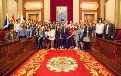 El alcalde de Santa Cruz, José Manuel Bermúdez, recibe a los Colegios Salzmann y Virgen del Mar